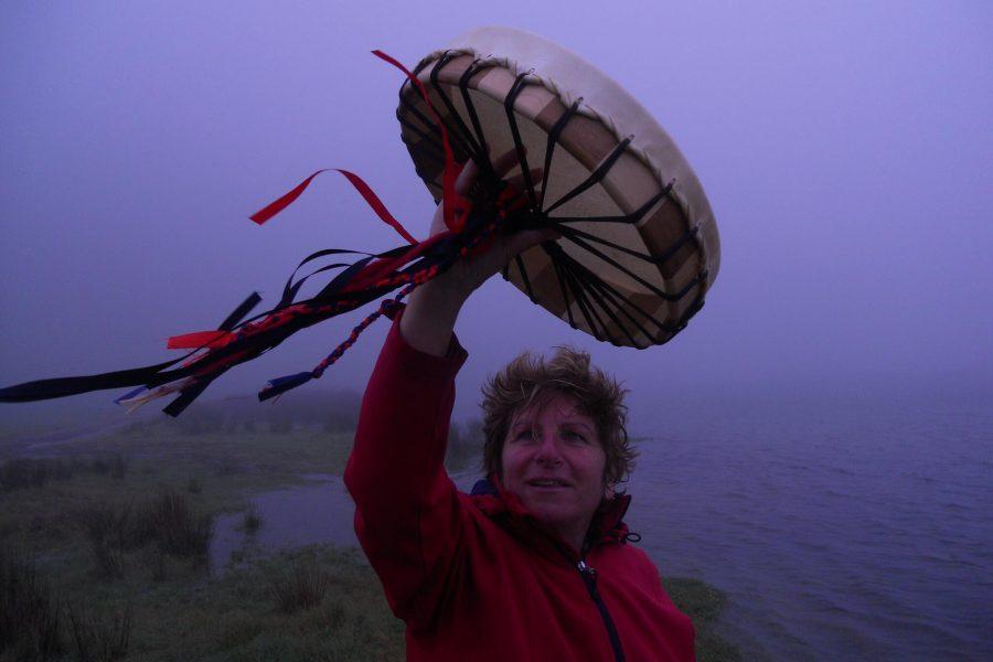 Evi mit Ihrer Trommel im Wind